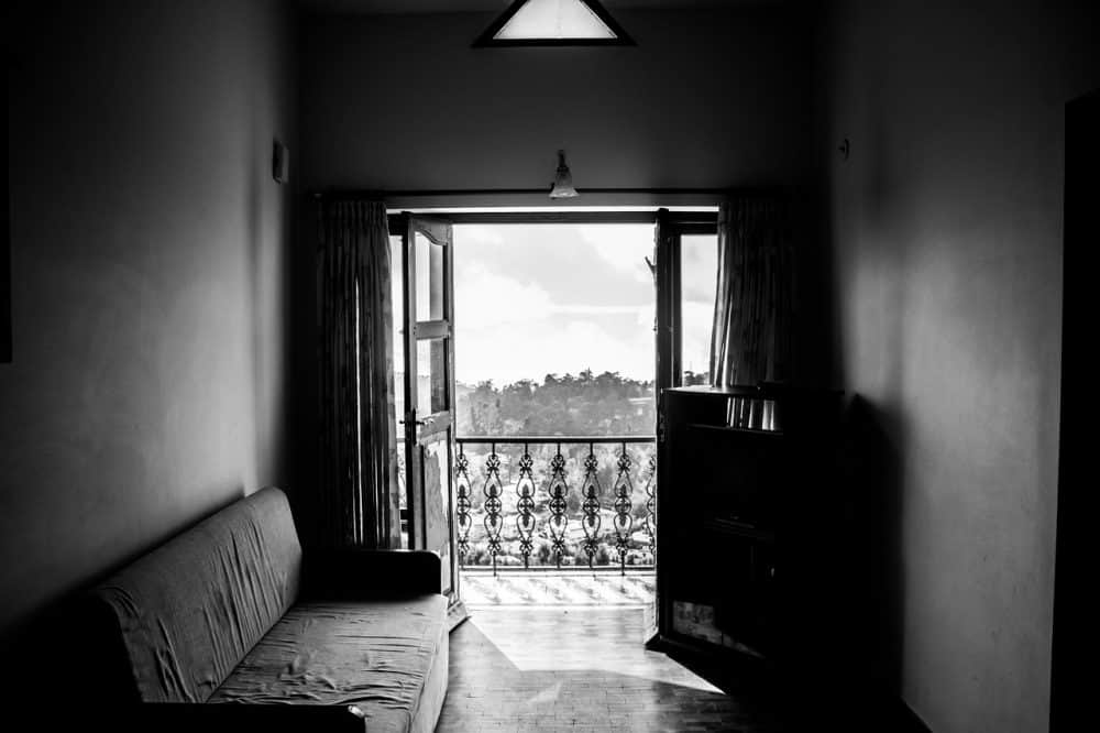 חדר עם ספה קרועה